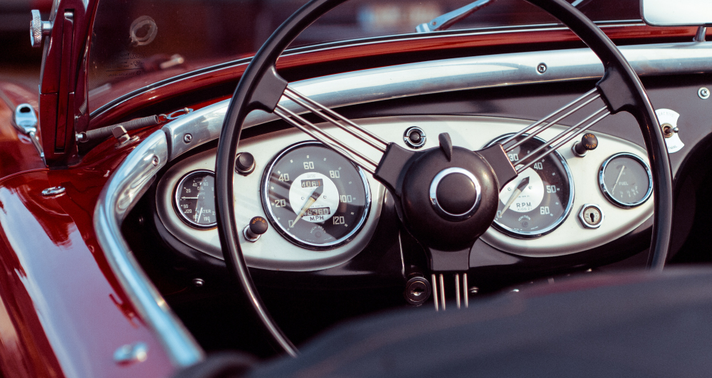 oldtimer-convertible-red-speedometer
